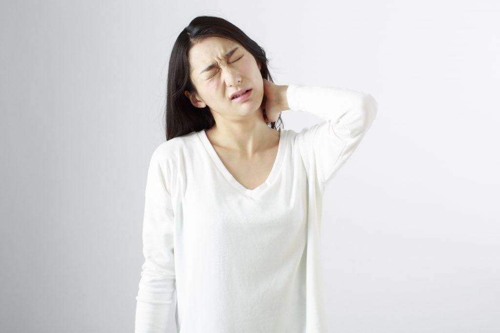 首の痛い女性